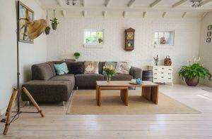 minimalistische woonkamer gezellig maken - bank
