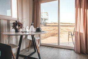 minimalistische woonkamer gezellig maken