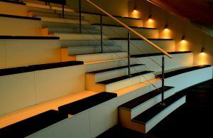 duurzame traprenovatie verlichting aan muur